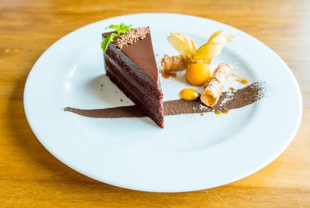 완벽한 초콜릿 케이크. 과일과 함께 맛있는 초콜릿 케이크 장식 조각
