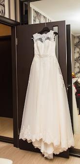 신부의 방 행거에 완벽한 웨딩 드레스.