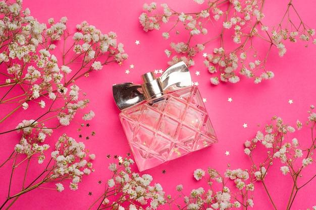 香水と花のレイアウト。アロマテラピー。女性の香水。白い花。