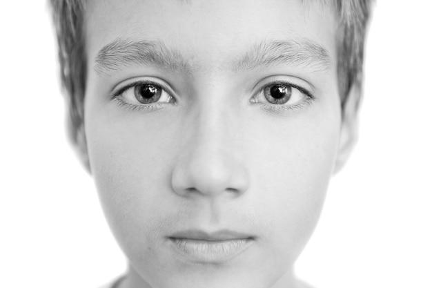 少年の人と目