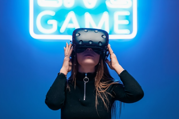 Человек, подключенный к виртуальной реальности через очки vr.
