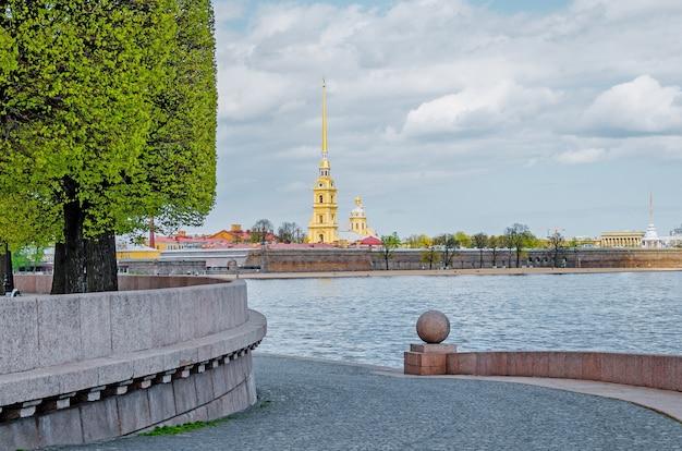 サンクトペテルブルクの春のヴァシリエフスキー島の矢のピーターとポールの要塞。