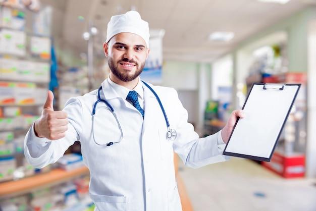 Фармацевт дает советы по медикаментам.