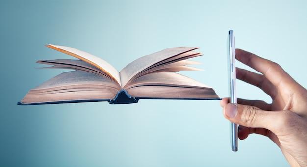 전화가 책을 보여줍니다