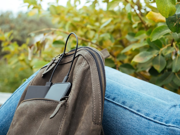 전화는 보조 배터리를 사용하여 충전됩니다. 일상 생활에서 현대 기술 사용