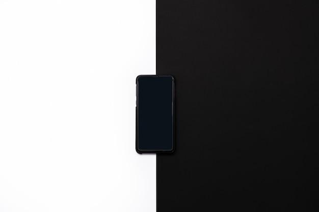 흰색과 검은색 배경에 고립 된 전화입니다.