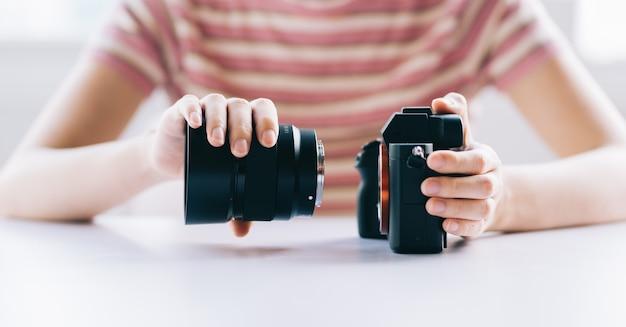 分解したときのカメラ本体とレンズの写真