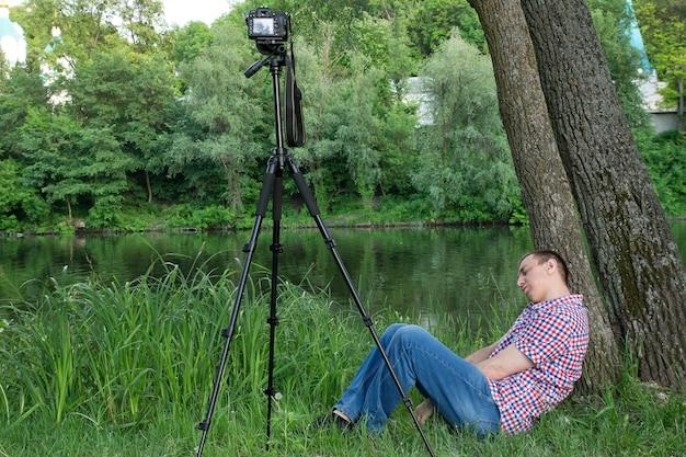 Фотограф спит, снимая реку