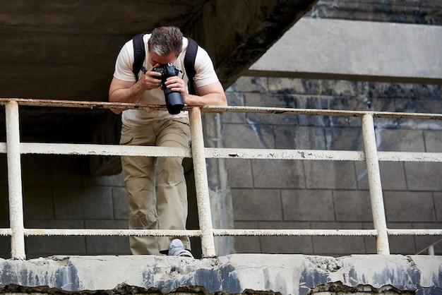 写真家は、放棄された通りで写真を撮ります。