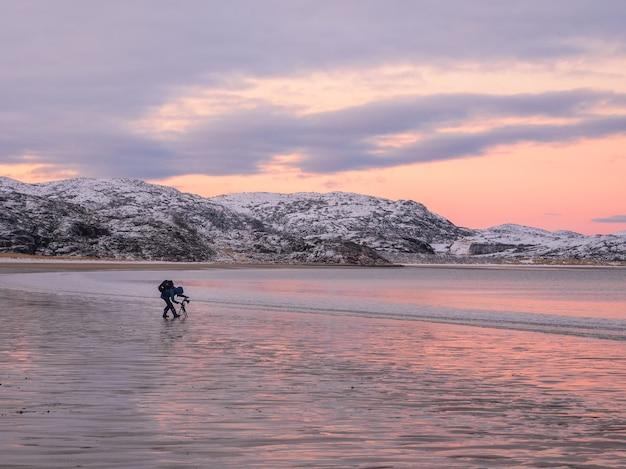 사진 작가는 북극해의 멋진 북극 일몰 풍경을 촬영합니다.