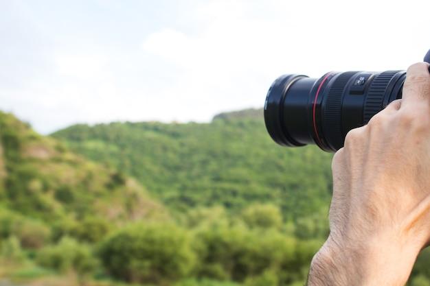 Фотограф снимает лес