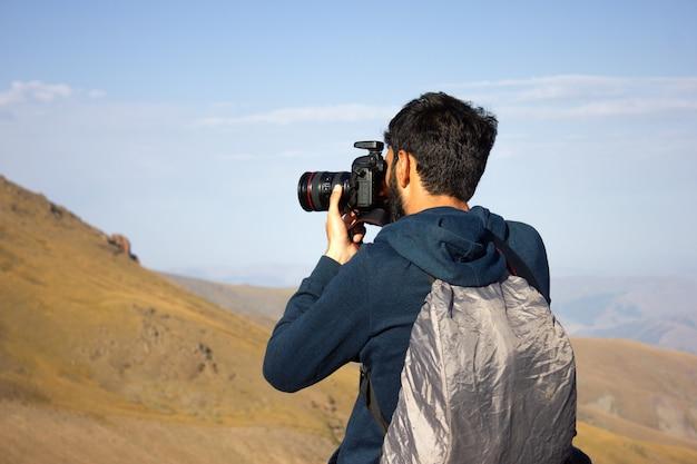 写真家は旅行し、美しい風景を撮影します