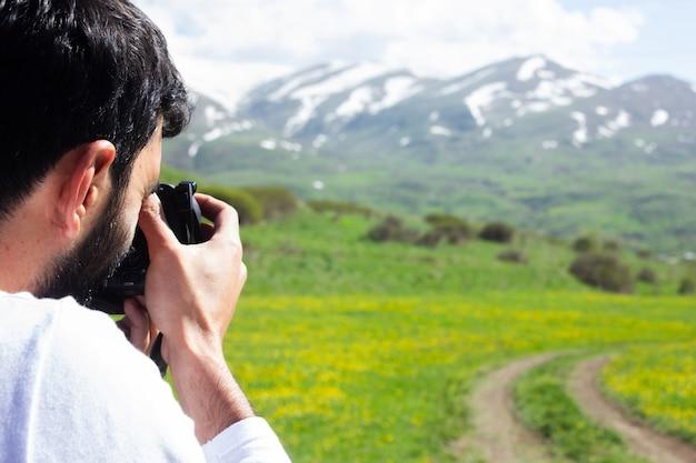 사진 작가는 아름다운 풍경을 여행하고 사진을 찍습니다.