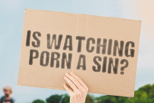 남성의 손에 있는 배너에 있는 포르노를 보고 있다는 문구 종교 열정 수음