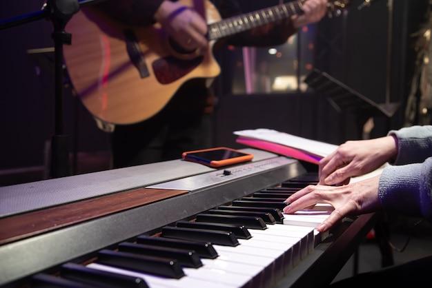 피아니스트와 기타리스트가 연주하고 있습니다.