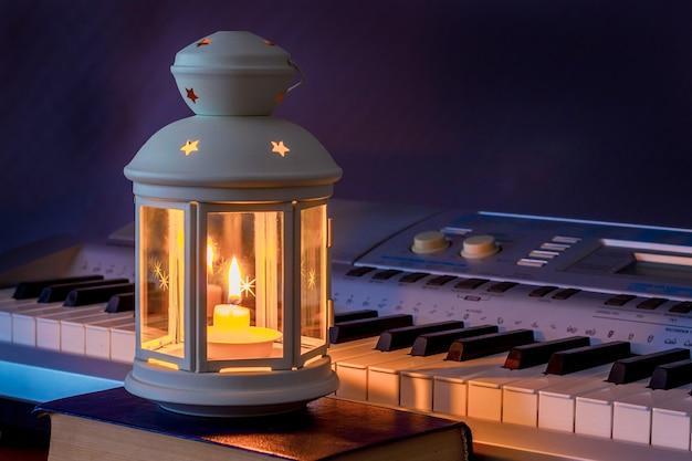 피아노 건반은 촛불 램프로 켜집니다.