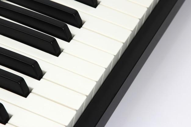 흰색 바탕에 피아노 키 근접 촬영입니다. 고전 음악