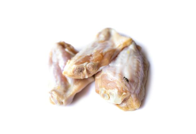 흰색 배경에 고립 된 원시 닭 날개의 그림