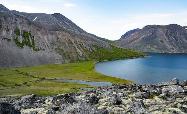 Живописное озеро кетачан на камчатке, россия. быстринский национальный парк, возле вулкана ичинская сопка