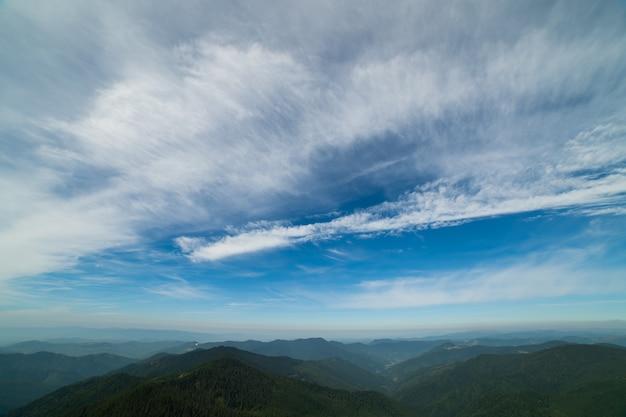 Живописный горный пейзаж на фоне облаков