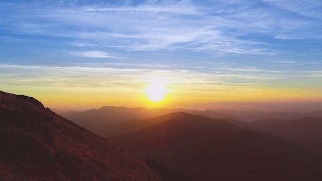 夕日を背景に美しい山の風景