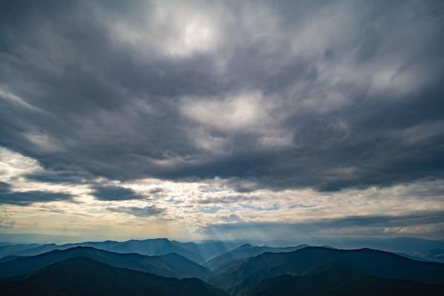 구름 배경에 그림 같은 산