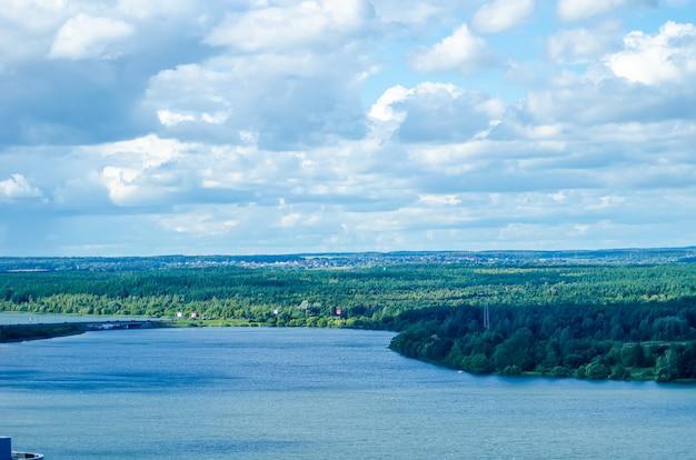 그림 같은 svisloch 강은 민스크의 drozdy 저수지로 흘러 들어갑니다.