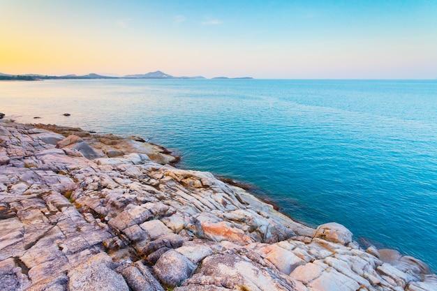 Куча валунов рядом со спокойным синим океаном королевство таиланд идеальный фон в