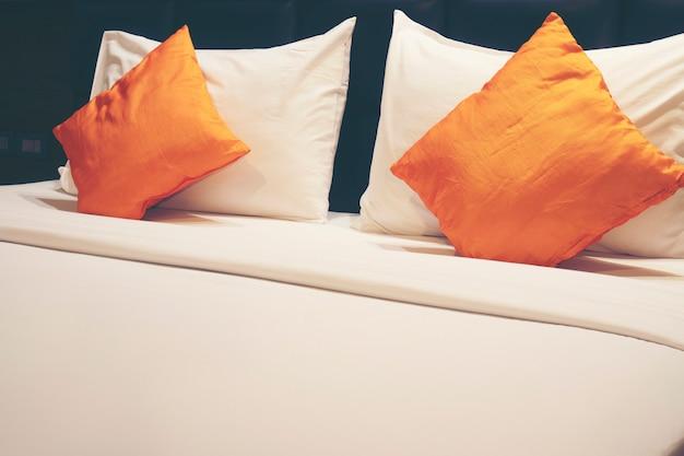 Подушки и кровати чистые и красивые.