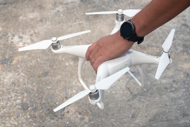 Пилот управляет дроном и бетоном