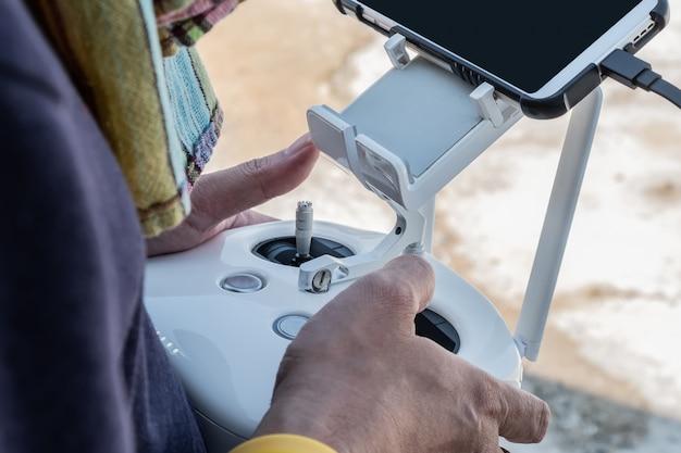 Пилот контролирует дрон крупным планом