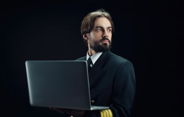 Пилот самолета - бородач с ноутбуком.