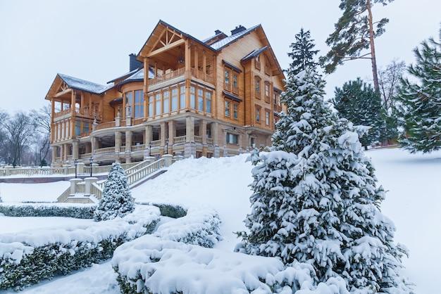 松はメスィヒリャー邸の近くで雪に覆われています。家の近くの雪の中で松。