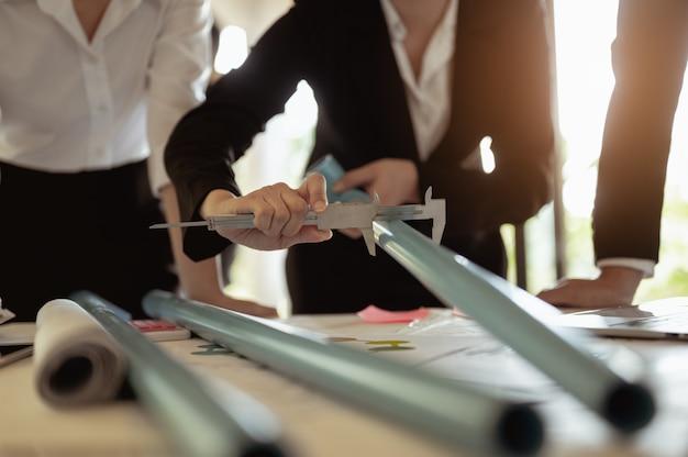 パイプ製造会社は、使用するパイプサイズを検査および測定するために建築家を派遣しました