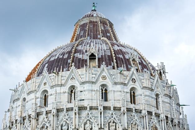 성 요한의 피사 세례당 (piazza dei miracoli, pisa, italy). 빌드 1152-1363. diotisalvi가 설계했습니다.