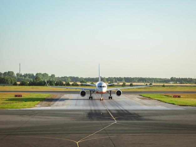 Самолет перед взлетом. утром взлетает белый самолет.