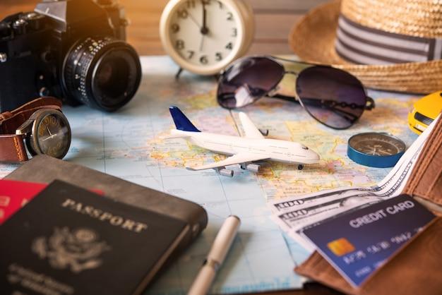 飛行機は地図上に配置され、計画と旅行を伝えるためのパスポートがあります。