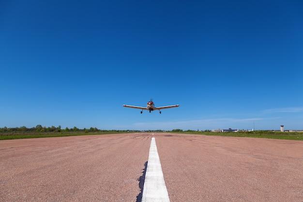 비행기 파이퍼 체로키(piper cherokee)가 활주로 위를 날고 있다. 다양한 비행기가 있는 작은 개인 비행장. 민간항공