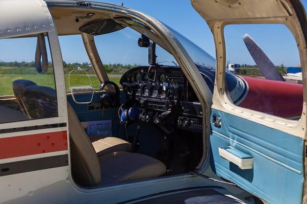 비행기 파이퍼 체로키(piper cherokee)는 화창한 날 푸른 잔디 위에 서 있다 작은 개인 비행장 w