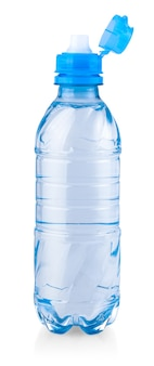 Пластиковая бутылка еще здоровой воды, изолированные на белом фоне