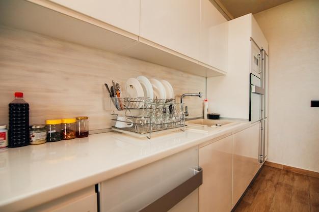Тарелки в кухонных шкафах на кухне кухня roo