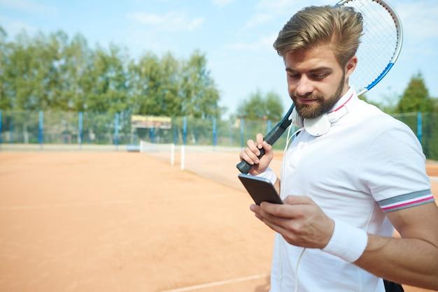 プレイヤーは電話でチャットしています