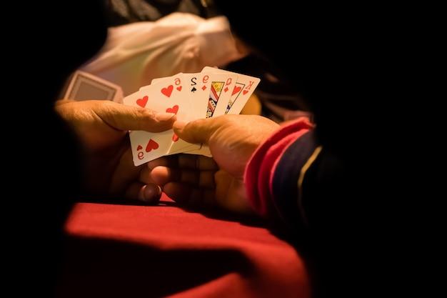Игрок держит карточку для азартных игр.