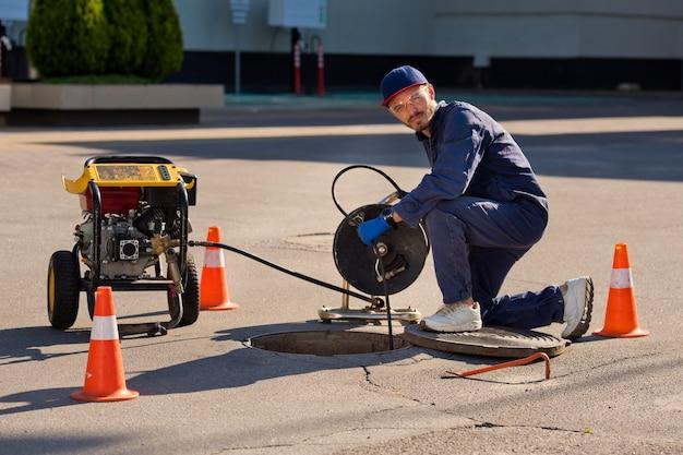 配管工は下水道の問題を解決する準備をしています