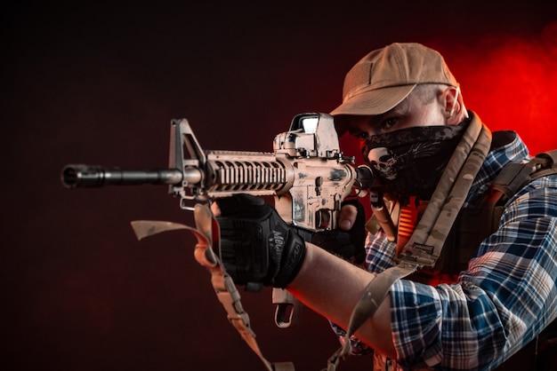 자동 소총이 있는 민간복과 갑옷을 입은 경찰 요원