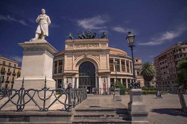 Politeama garibaldi는 팔레르모의 중심에 있는 piazza ruggero settimo(일반적으로 piazza politeama라고 함)에 있습니다. 이름은 그리스어에서 유래