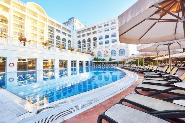 人気のリゾート、アマラドルチェヴィータラグジュアリーホテル。