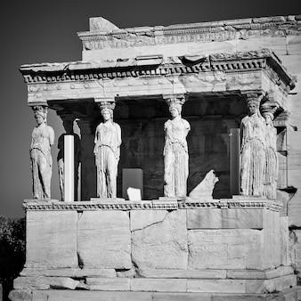 그리스 아테네의 아크로폴리스 언덕에 있는 caryatids의 현관. 흑백 사진