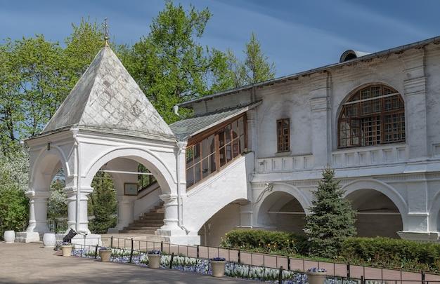 Крыльцо церкви казанской иконы божией матери в коломенском москва россия