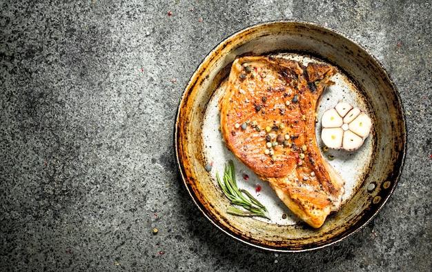 향신료를 곁들인 돼지 고기 스테이크.
